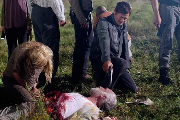 Дейл Хорват. Получил смертельную рану, когда ходячий разорвал ему живот.
