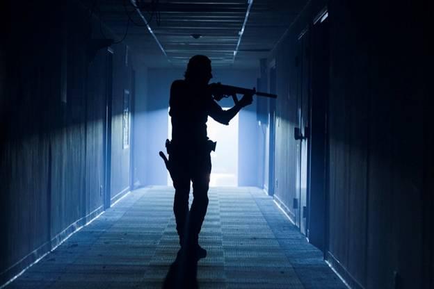 Рик и Дэрил ищут запасы оружия Спасителей