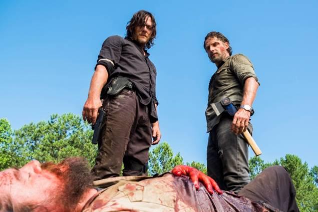 Рик и Дэрил допрашивают водителя грузовика с оружием Спасителей