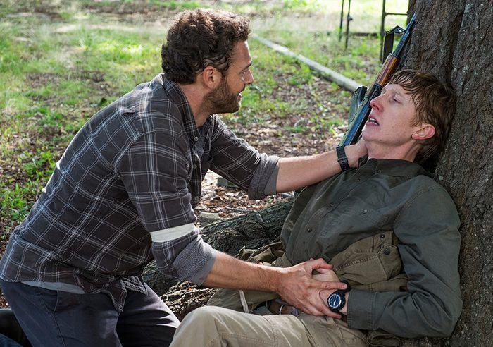 Аарон уводит раненого Эрика подальше от сражения